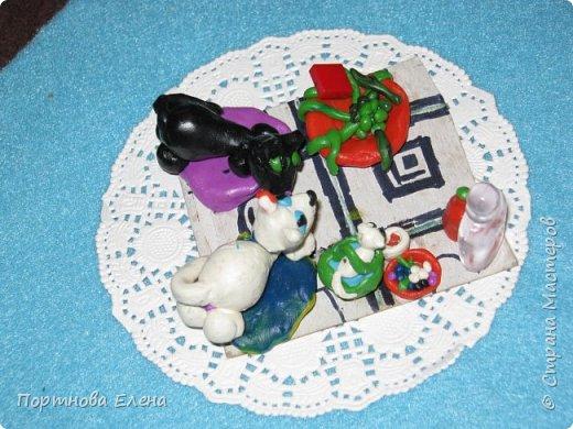 Любимый пластилин, работы моей Дочки Юли.  Кошечки на пикнике.Размер 3х3 см. фото 3