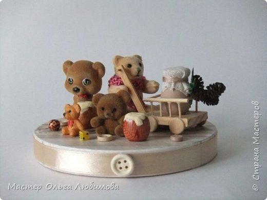 Вот такая веселая компания из разных мишек собралась вместе. У кого-то есть бочонок с медом, а у кого-то аж тележка с кувшином молока. А вот деревянные пуговицы, маленькие бусинки и кубики- так это просто для веселого декора. Компания хоть и не большая, но очень уж дружная и забавная. Таким мишкам и мишуткам будут рады дети, да и взрослые не останутся равнодушными. фото 1