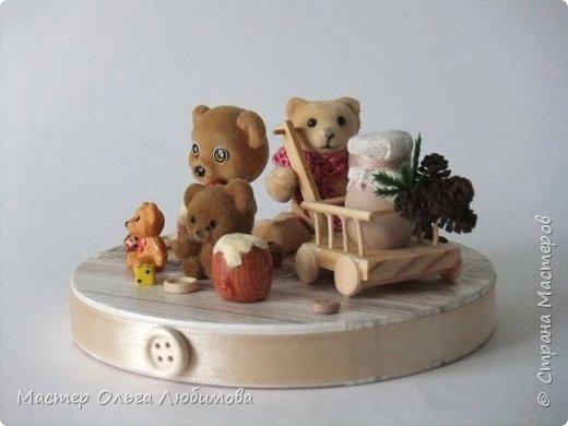 Вот такая веселая компания из разных мишек собралась вместе. У кого-то есть бочонок с медом, а у кого-то аж тележка с кувшином молока. А вот деревянные пуговицы, маленькие бусинки и кубики- так это просто для веселого декора. Компания хоть и не большая, но очень уж дружная и забавная. Таким мишкам и мишуткам будут рады дети, да и взрослые не останутся равнодушными. фото 2