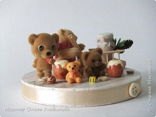 Вот такая веселая компания из разных мишек собралась вместе. У кого-то есть бочонок с медом, а у кого-то аж тележка с кувшином молока. А вот деревянные пуговицы, маленькие бусинки и кубики- так это просто для веселого декора. Компания хоть и не большая, но очень уж дружная и забавная. Таким мишкам и мишуткам будут рады дети, да и взрослые не останутся равнодушными. фото 3