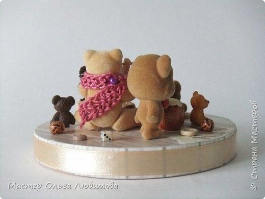 Вот такая веселая компания из разных мишек собралась вместе. У кого-то есть бочонок с медом, а у кого-то аж тележка с кувшином молока. А вот деревянные пуговицы, маленькие бусинки и кубики- так это просто для веселого декора. Компания хоть и не большая, но очень уж дружная и забавная. Таким мишкам и мишуткам будут рады дети, да и взрослые не останутся равнодушными. фото 4