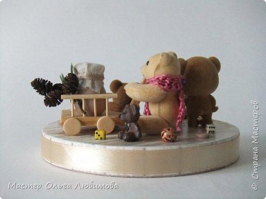 Вот такая веселая компания из разных мишек собралась вместе. У кого-то есть бочонок с медом, а у кого-то аж тележка с кувшином молока. А вот деревянные пуговицы, маленькие бусинки и кубики- так это просто для веселого декора. Компания хоть и не большая, но очень уж дружная и забавная. Таким мишкам и мишуткам будут рады дети, да и взрослые не останутся равнодушными. фото 5