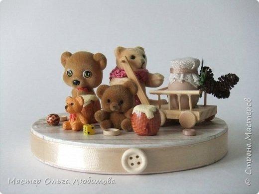 Вот такая веселая компания из разных мишек собралась вместе. У кого-то есть бочонок с медом, а у кого-то аж тележка с кувшином молока. А вот деревянные пуговицы, маленькие бусинки и кубики- так это просто для веселого декора. Компания хоть и не большая, но очень уж дружная и забавная. Таким мишкам и мишуткам будут рады дети, да и взрослые не останутся равнодушными. фото 6