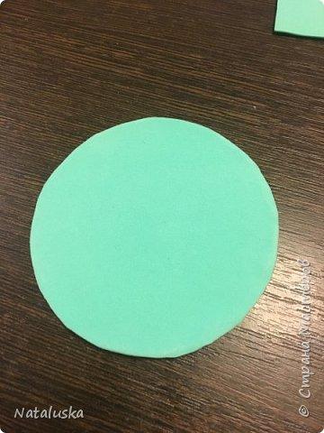 Создаем замечательную ёлочную игрушку - легко и просто:) И так, нам потребуется: - пенопласт - картон - фоамиран - горячий клей - мелочи для декорирования, у меня это синельная проволока и полу-жемчужина - ленточка или красивая веревочка  фото 6