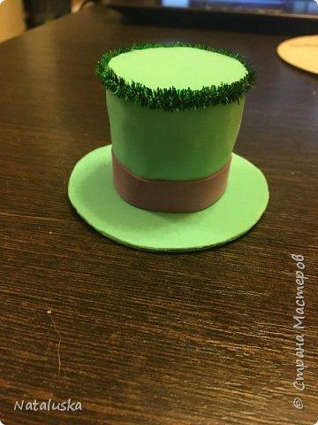 Создаем замечательную ёлочную игрушку - легко и просто:) И так, нам потребуется: - пенопласт - картон - фоамиран - горячий клей - мелочи для декорирования, у меня это синельная проволока и полу-жемчужина - ленточка или красивая веревочка  фото 8