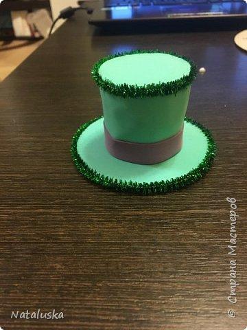 Создаем замечательную ёлочную игрушку - легко и просто:) И так, нам потребуется: - пенопласт - картон - фоамиран - горячий клей - мелочи для декорирования, у меня это синельная проволока и полу-жемчужина - ленточка или красивая веревочка  фото 9