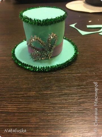 Создаем замечательную ёлочную игрушку - легко и просто:) И так, нам потребуется: - пенопласт - картон - фоамиран - горячий клей - мелочи для декорирования, у меня это синельная проволока и полу-жемчужина - ленточка или красивая веревочка  фото 10