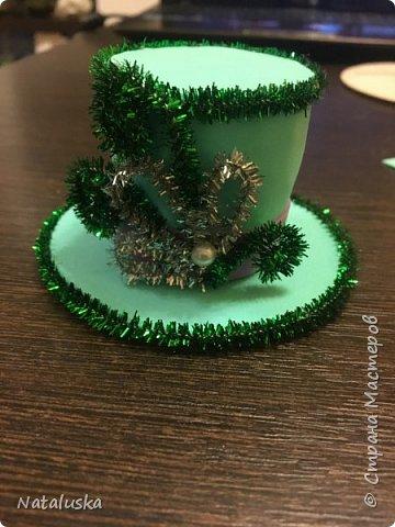 Создаем замечательную ёлочную игрушку - легко и просто:) И так, нам потребуется: - пенопласт - картон - фоамиран - горячий клей - мелочи для декорирования, у меня это синельная проволока и полу-жемчужина - ленточка или красивая веревочка  фото 11