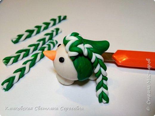 """Приближается самый сказочный праздник  - Новый год! Время сюрпризов и подарков! Предлагаю изготовить новогодний сувенир своими руками.  Для этого нам понадобится: - шишка сосновая; - полимерная глина; - клей """"Момент""""; - зубочистки; - нож.  фото 5"""