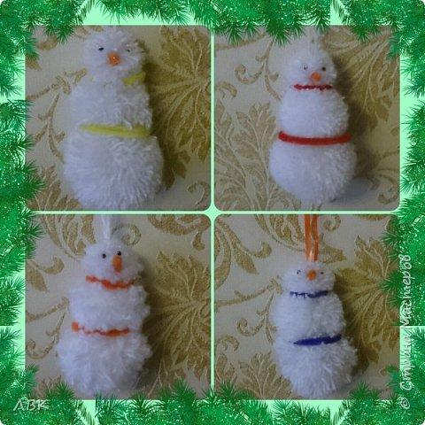 Снеговички из 3 помпонов разного диаметра. Работа достаточно легкая и быстрая. Нитки лучше брать синтетические. фото 1