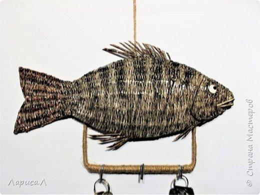 """Настенная ключница Рыба выполнена в технике плетения из бумажной лозы. Размеры рыбки: 32х15, высота изделия вместе с держателем крючков 19 см. В процессе изготовления использованы только безопасные материалы: бумага чистая, краситель пищевой, акриловый лак, клей ПВА, шпагат джутовый, проволока алюминиевая.  Вдохновила меня на эту работу ключница """"Окунь"""" Надежды Бровко, а за основу взяла идею Галины Михеевой. фото 2"""