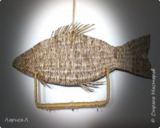 """Настенная ключница Рыба выполнена в технике плетения из бумажной лозы. Размеры рыбки: 32х15, высота изделия вместе с держателем крючков 19 см. В процессе изготовления использованы только безопасные материалы: бумага чистая, краситель пищевой, акриловый лак, клей ПВА, шпагат джутовый, проволока алюминиевая.  Вдохновила меня на эту работу ключница """"Окунь"""" Надежды Бровко, а за основу взяла идею Галины Михеевой. фото 3"""