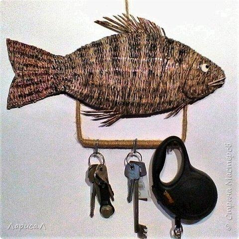"""Настенная ключница Рыба выполнена в технике плетения из бумажной лозы. Размеры рыбки: 32х15, высота изделия вместе с держателем крючков 19 см. В процессе изготовления использованы только безопасные материалы: бумага чистая, краситель пищевой, акриловый лак, клей ПВА, шпагат джутовый, проволока алюминиевая.  Вдохновила меня на эту работу ключница """"Окунь"""" Надежды Бровко, а за основу взяла идею Галины Михеевой. фото 1"""