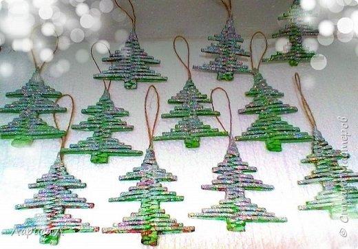 Вот такие елочки плетеные из бумажных трубочек получились у меня по МК Лады . Высота изделия 8-9 см. Материалы: чистая бумага, пищевой краситель, акриловый лак, блестки.  фото 2