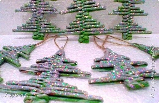 Вот такие елочки плетеные из бумажных трубочек получились у меня по МК Лады . Высота изделия 8-9 см. Материалы: чистая бумага, пищевой краситель, акриловый лак, блестки.  фото 3