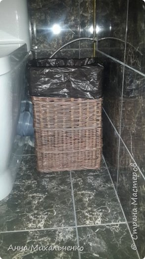 Всем привет,как же давно я тут не была,плести некогда стало....Вышла на работу,потом переезд в новый дом в общем нет времени, но ситуация обязывает и я все же постаралась выкроить для себя немного дней и взялась за трубочки,первое в чем была необходимость-это урна для туалета ,с нее то я и начала,  потом корзинка для бумаги,круглая урна для кухни,подставка под лопаточки и корзина на полку в ванную....первая еще штук пять надо, думаю будет чем зимой заняться,обещаю не пропадать,всем приятного просмотра. фото 4