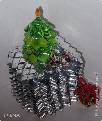 Скоро Новый год.подарочная шкатулка 9 на 9 на 9,общая высота с елкой 16см,использованы 631 фантик фото 1