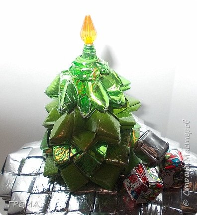 Скоро Новый год.подарочная шкатулка 9 на 9 на 9,общая высота с елкой 16см,использованы 631 фантик фото 3