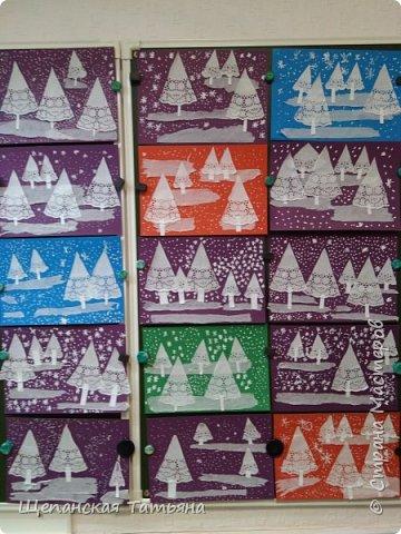 Ура! Наконец-то первый снег! И не только на детских работах! Но мы-то делали заранее, зазывали. Как выяснилось, не зря. Работу делали первоклашки: елочки - 1/8 часть ажурной салфетки, сугробы - обычная салфетка, а снежинки рисовали корректором. фото 3