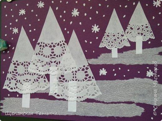 Ура! Наконец-то первый снег! И не только на детских работах! Но мы-то делали заранее, зазывали. Как выяснилось, не зря. Работу делали первоклашки: елочки - 1/8 часть ажурной салфетки, сугробы - обычная салфетка, а снежинки рисовали корректором. фото 1