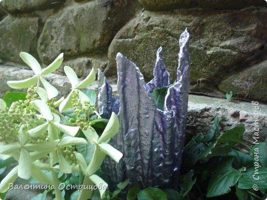 Здравствуйте , дорогие  мастера  и  мастерицы !   Ранней  осенью  сделала  ещё  несколько  малых и  средних  листьев  из  цементной  массы . Затем  покрасила  их  краской  из  баллончиков .  Предлагаю  посмотреть  на  них   в  процессе  работы  и   затем  в  саду . фото 26