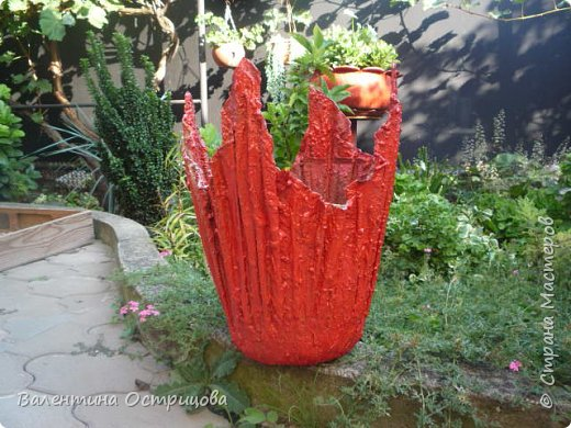 Здравствуйте , дорогие  мастера  и  мастерицы !   Ранней  осенью  сделала  ещё  несколько  малых и  средних  листьев  из  цементной  массы . Затем  покрасила  их  краской  из  баллончиков .  Предлагаю  посмотреть  на  них   в  процессе  работы  и   затем  в  саду . фото 23