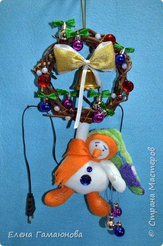 Снеговик на венке с гирляндой. Венок - ветки черемухи, снеговик –флис, гирлянда - один режим. Высота 33 см.  фото 1