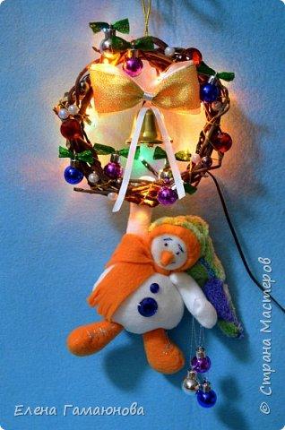 Снеговик на венке с гирляндой. Венок - ветки черемухи, снеговик –флис, гирлянда - один режим. Высота 33 см.  фото 3