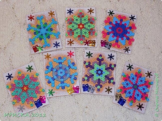 Привет всем гостям моей странички! Представляю Вам две новогодние серии АТС. Карточки в обеих сериях с использованием фигурок из термомозаики. Основа карточек плотный пластик, сверху фактурная плотная ткань (спасибо Эл!). В декоре использовала пайетки снежинки и подарочки. Карточки покрашены золотой краской, оттеняла белым акрилом для эффекта морозного узора.   фото 1
