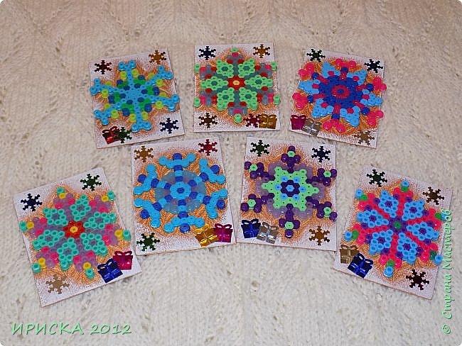 Привет всем гостям моей странички! Представляю Вам две новогодние серии АТС. Карточки в обеих сериях с использованием фигурок из термомозаики. Основа карточек плотный пластик, сверху фактурная плотная ткань (спасибо Эл!). В декоре использовала пайетки снежинки и подарочки. Карточки покрашены золотой краской, оттеняла белым акрилом для эффекта морозного узора.   фото 2