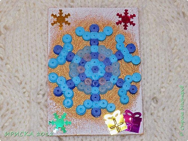 Привет всем гостям моей странички! Представляю Вам две новогодние серии АТС. Карточки в обеих сериях с использованием фигурок из термомозаики. Основа карточек плотный пластик, сверху фактурная плотная ткань (спасибо Эл!). В декоре использовала пайетки снежинки и подарочки. Карточки покрашены золотой краской, оттеняла белым акрилом для эффекта морозного узора.   фото 11