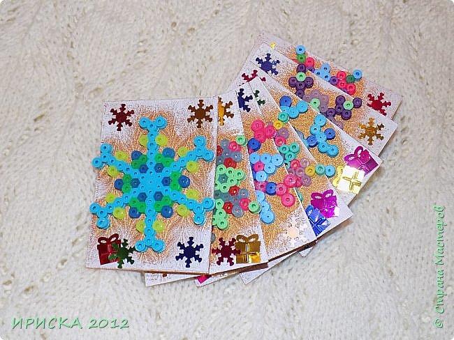 Привет всем гостям моей странички! Представляю Вам две новогодние серии АТС. Карточки в обеих сериях с использованием фигурок из термомозаики. Основа карточек плотный пластик, сверху фактурная плотная ткань (спасибо Эл!). В декоре использовала пайетки снежинки и подарочки. Карточки покрашены золотой краской, оттеняла белым акрилом для эффекта морозного узора.   фото 18