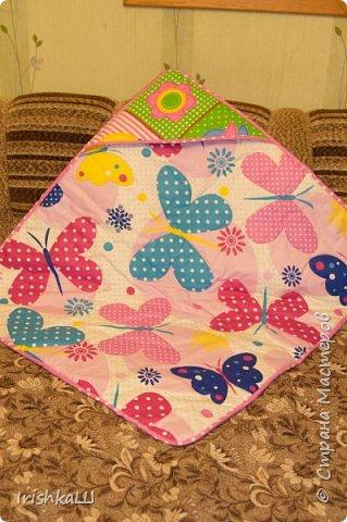 Это одеялко-конверт сшито по просьбе моей подруги для её доченьки. Она прислала мне фото с инета  именно одеялко с капюшоном, чтобы использовать как конверт в коляску, а потом как одеялко, когда из конверта ребёнок вырастит. фото 2