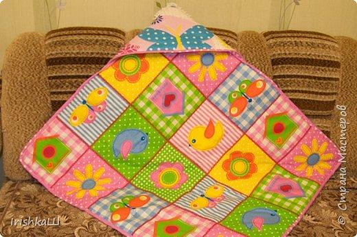 Это одеялко-конверт сшито по просьбе моей подруги для её доченьки. Она прислала мне фото с инета  именно одеялко с капюшоном, чтобы использовать как конверт в коляску, а потом как одеялко, когда из конверта ребёнок вырастит. фото 4