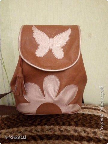 Это конечно не кожа, а обивочный кожзам, а цветок и бабочка-обрезки от кожаной юбки.  фото 1