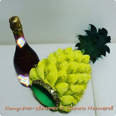 Многие на новый год просят сделать Ананас,но я не захотела приклеивать конфеты именно к бутылке. И решила сделать в этом году ананас по другому. фото 4