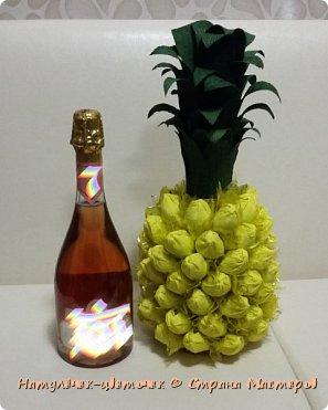 Многие на новый год просят сделать Ананас,но я не захотела приклеивать конфеты именно к бутылке. И решила сделать в этом году ананас по другому. фото 1
