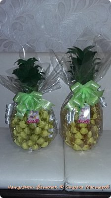 Многие на новый год просят сделать Ананас,но я не захотела приклеивать конфеты именно к бутылке. И решила сделать в этом году ананас по другому. фото 7