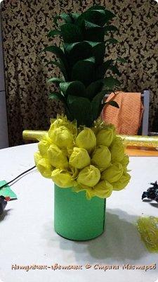 Многие на новый год просят сделать Ананас,но я не захотела приклеивать конфеты именно к бутылке. И решила сделать в этом году ананас по другому. фото 3