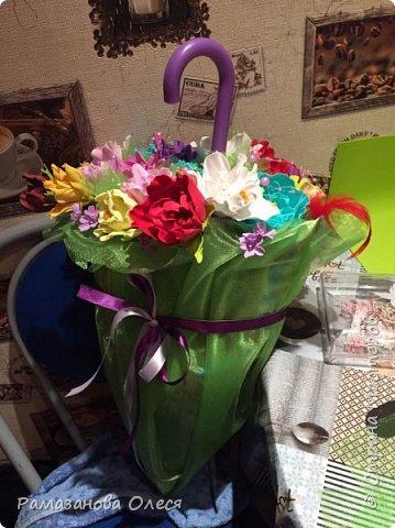 У дочки был день рождения - 5 лет! Я решила, что это будет цветочный день рождения, ведь она как все девочки - обожает цветы! Для этого я сделала из гофрированной бумаги большие цветы, вазы для цветов  с апельсинами, цифру 5 украсила цветами из салфеток, для фона сделала силуэт девочки и украсила его цветами, а также надпись с днем рождения. фото 4
