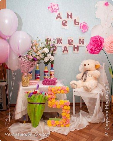 У дочки был день рождения - 5 лет! Я решила, что это будет цветочный день рождения, ведь она как все девочки - обожает цветы! Для этого я сделала из гофрированной бумаги большие цветы, вазы для цветов  с апельсинами, цифру 5 украсила цветами из салфеток, для фона сделала силуэт девочки и украсила его цветами, а также надпись с днем рождения. фото 1