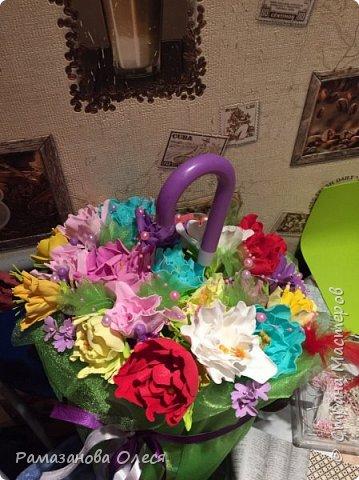 У дочки был день рождения - 5 лет! Я решила, что это будет цветочный день рождения, ведь она как все девочки - обожает цветы! Для этого я сделала из гофрированной бумаги большие цветы, вазы для цветов  с апельсинами, цифру 5 украсила цветами из салфеток, для фона сделала силуэт девочки и украсила его цветами, а также надпись с днем рождения. фото 3