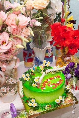 У дочки был день рождения - 5 лет! Я решила, что это будет цветочный день рождения, ведь она как все девочки - обожает цветы! Для этого я сделала из гофрированной бумаги большие цветы, вазы для цветов  с апельсинами, цифру 5 украсила цветами из салфеток, для фона сделала силуэт девочки и украсила его цветами, а также надпись с днем рождения. фото 5