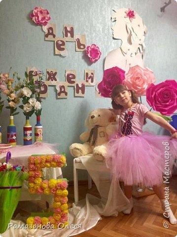 У дочки был день рождения - 5 лет! Я решила, что это будет цветочный день рождения, ведь она как все девочки - обожает цветы! Для этого я сделала из гофрированной бумаги большие цветы, вазы для цветов  с апельсинами, цифру 5 украсила цветами из салфеток, для фона сделала силуэт девочки и украсила его цветами, а также надпись с днем рождения. фото 6