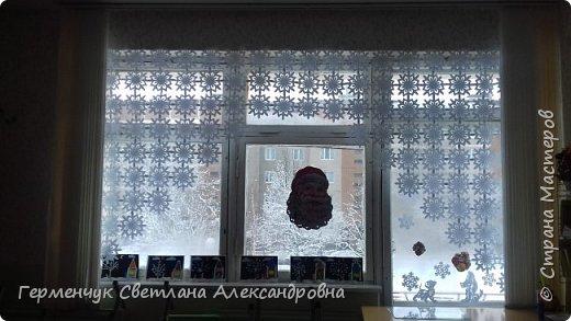 В нашей школе объявлен конкурс на украшение класса к Новому году.  , Вот такое красивое  ажурное украшение  сделали мы с ребятами  на окно. Идеей поделилась  мастерица Маri-12. Она продемонстрировала   украшение сцены. фото 29