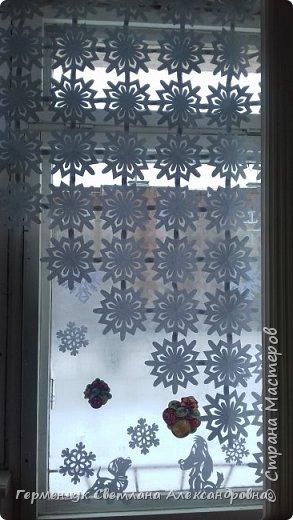 В нашей школе объявлен конкурс на украшение класса к Новому году.  , Вот такое красивое  ажурное украшение  сделали мы с ребятами  на окно. Идеей поделилась  мастерица Маri-12. Она продемонстрировала   украшение сцены. фото 27