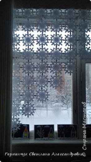В нашей школе объявлен конкурс на украшение класса к Новому году.  , Вот такое красивое  ажурное украшение  сделали мы с ребятами  на окно. Идеей поделилась  мастерица Маri-12. Она продемонстрировала   украшение сцены. фото 25