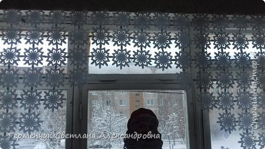 В нашей школе объявлен конкурс на украшение класса к Новому году.  , Вот такое красивое  ажурное украшение  сделали мы с ребятами  на окно. Идеей поделилась  мастерица Маri-12. Она продемонстрировала   украшение сцены. фото 24
