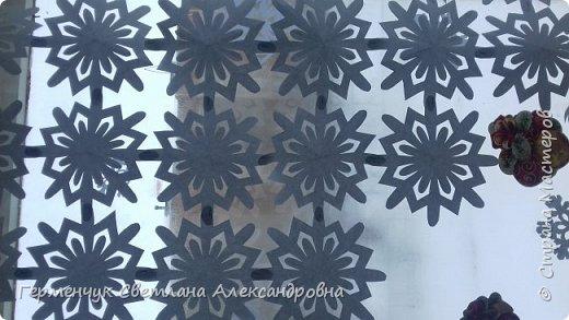 В нашей школе объявлен конкурс на украшение класса к Новому году.  , Вот такое красивое  ажурное украшение  сделали мы с ребятами  на окно. Идеей поделилась  мастерица Маri-12. Она продемонстрировала   украшение сцены. фото 21
