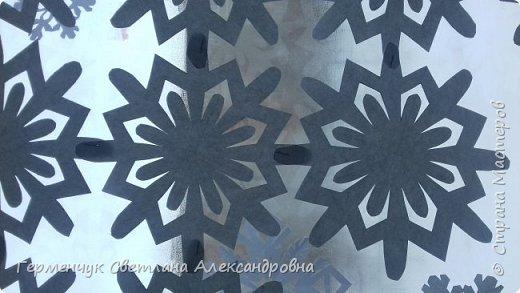 В нашей школе объявлен конкурс на украшение класса к Новому году.  , Вот такое красивое  ажурное украшение  сделали мы с ребятами  на окно. Идеей поделилась  мастерица Маri-12. Она продемонстрировала   украшение сцены. фото 20